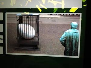 29.4. (Screen shot): Blick mit WEB-CAM auf homepage zeigte, dass Ei verrückt wurde. Obdachloser bietet sich als Sicherheitsdienst an.