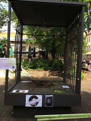 2. Mai. Ei verschwunden. Plakatierung versucht den Betrachtern den Zerstörungsprozess im Herzen Heidelbergs zu erklären.